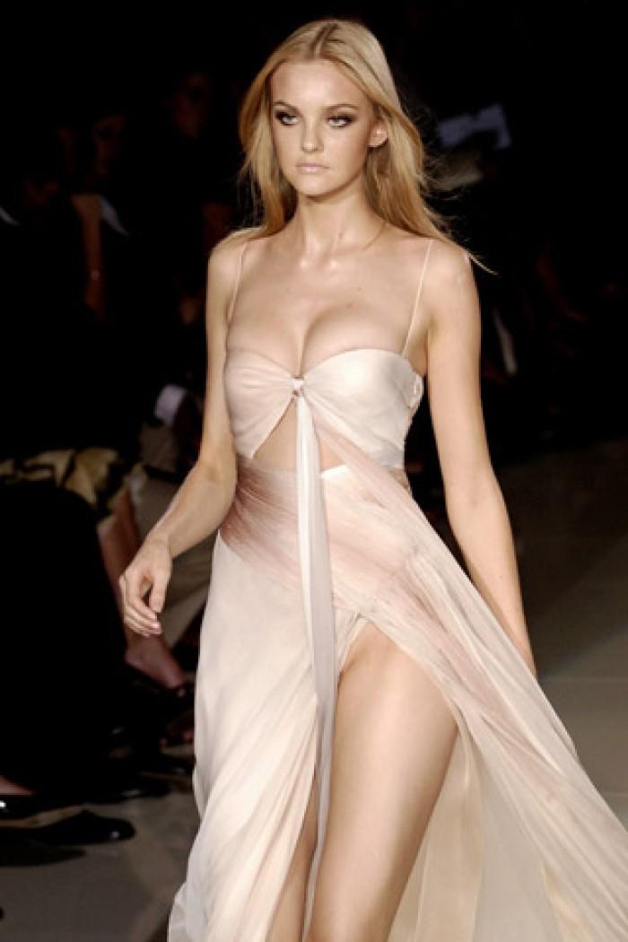 Caroline Trentini porte la lingerie superbement bien