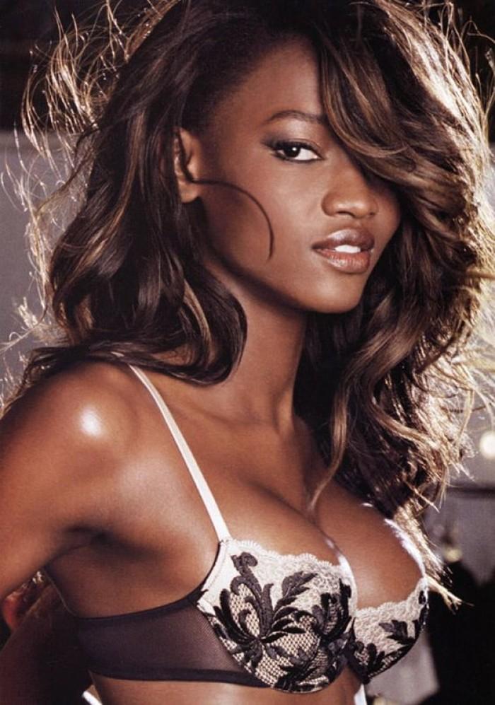 Oluchi Onweagba dévoile ses courbes torrides en bikini