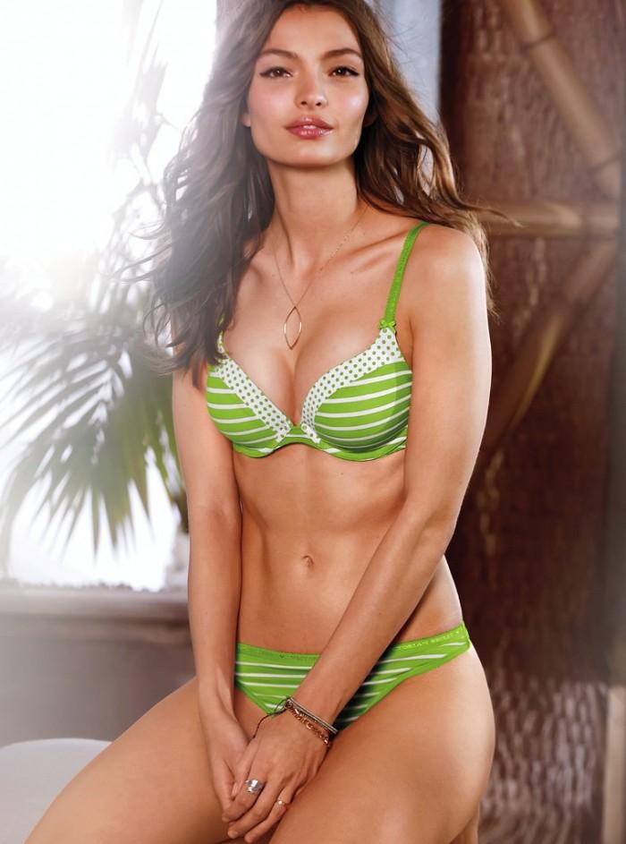 Carola Remer exhibe son corps de rêve et sa lingerie sexy