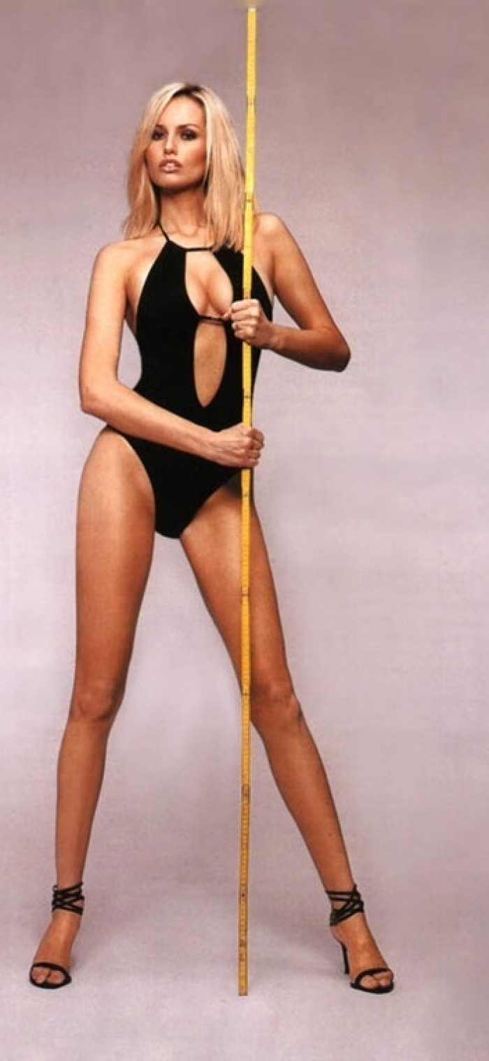 La sublime Adriana Karembeu est une vraie déesse en lingerie