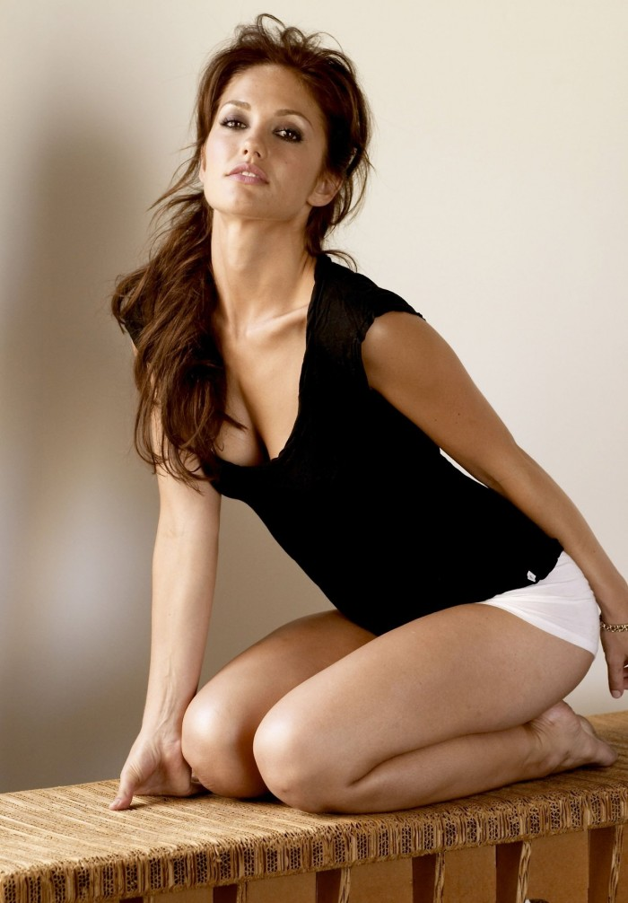 Minka Kelly laisse apparaitre ses formes sexy en lingerie
