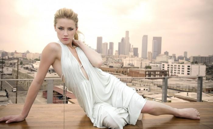 L'élégante Amber Heard est tellement sexy en lingerie