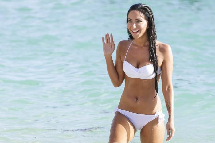 Tulisa Contostavlos dévoile ses courbes en maillot de bain