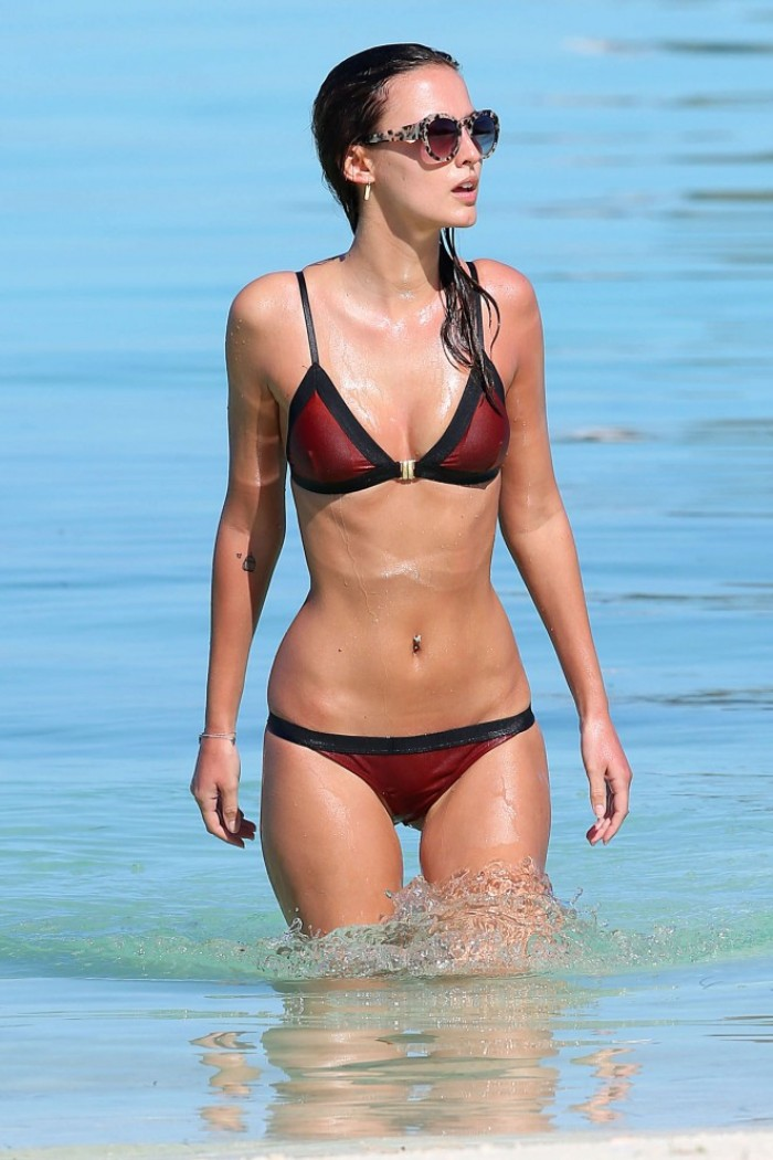 Lucy Watson est une vraie bombe en bikini