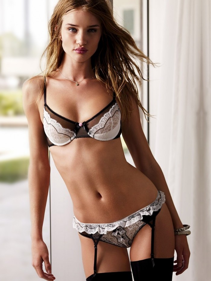Rosie Huntington Whiteley, la sublime copine de Jason Statham en lingerie sexy