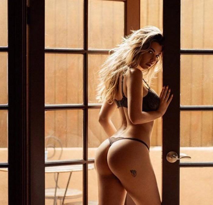 La sublime Emily Sears dévoile sa magnifique plastique en lingerie
