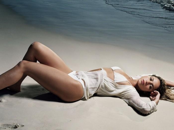 Shakira pose en lingerie et maillot de bain sexy
