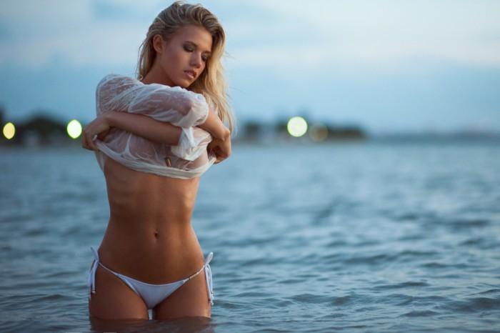 Charlotte McKinney torride en lingerie avec ses formes généreuses