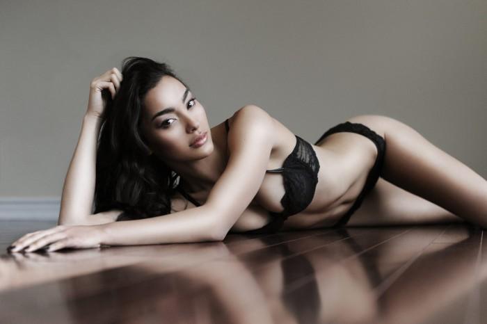 La sublime Adrianne Ho adore être sur le sable fin en bikini