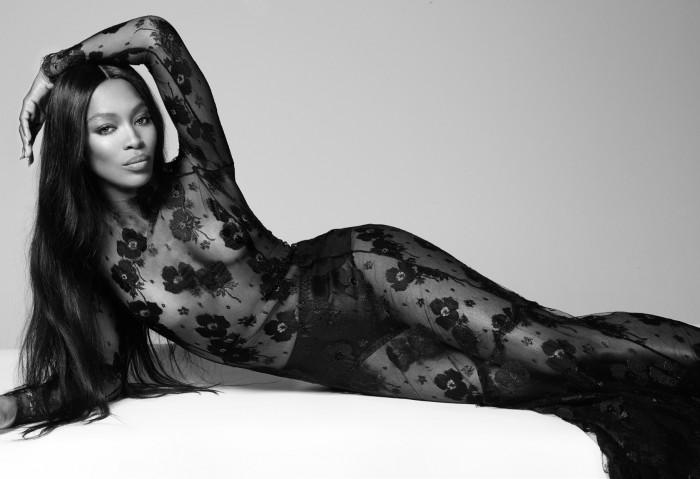 La star Naomi Campbell porte à merveille cette lingerie
