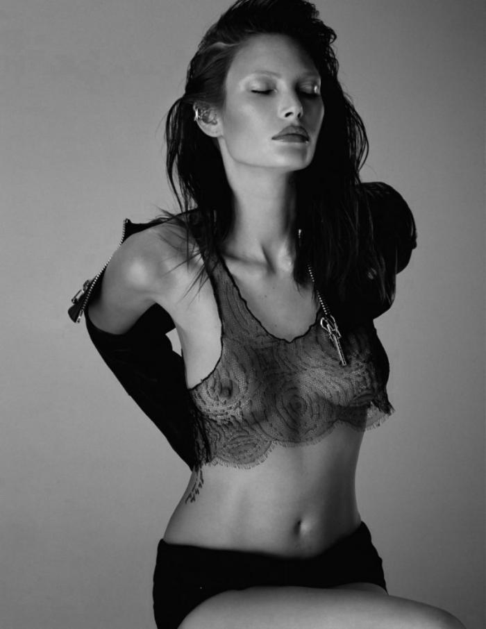 Catherine McNeil dévoile ses courbes sexy en lingerie