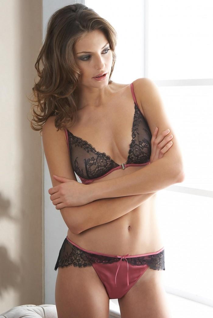 Reka Ebergenyi va vous faire rêver en lingerie