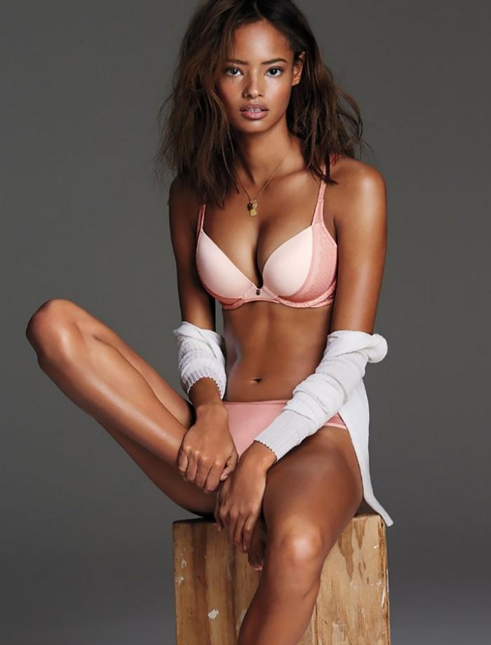 Malaika Firth porte magnifiquement la lingerie