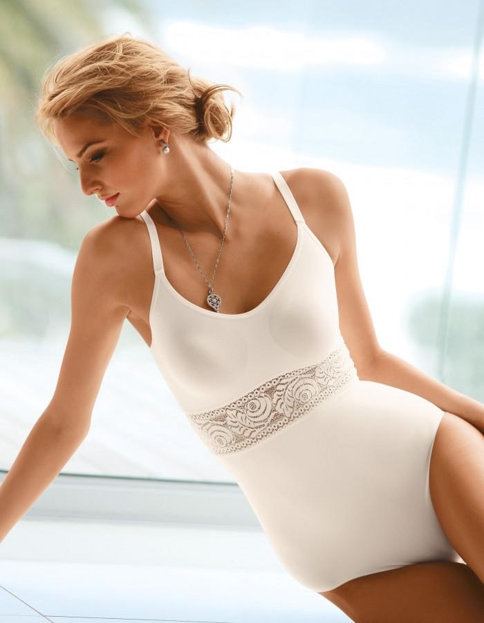 Michaela Kocianova dévoile sa silhouette sublime en maillot de bain
