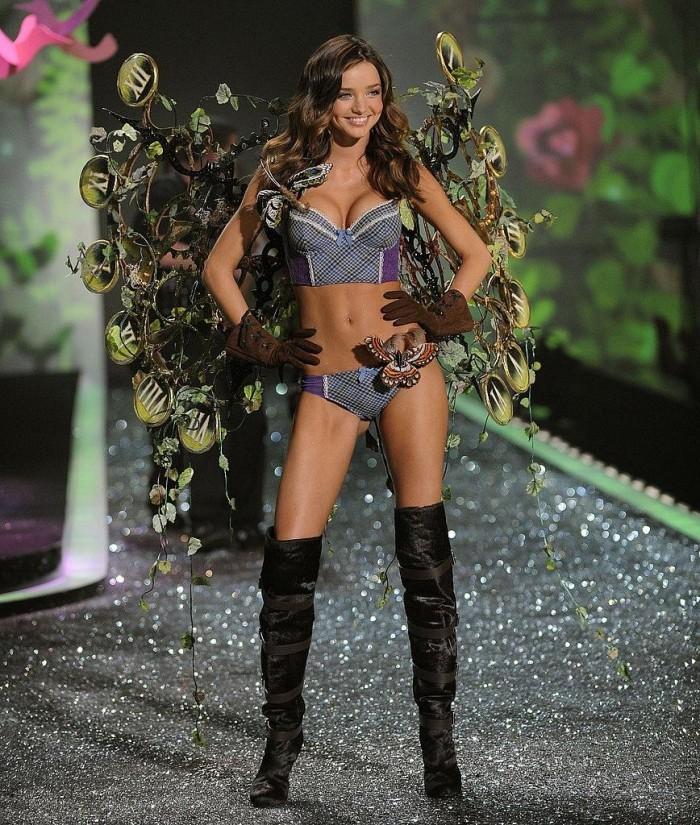 Tatiana Kovylina défile en lingerie sexy