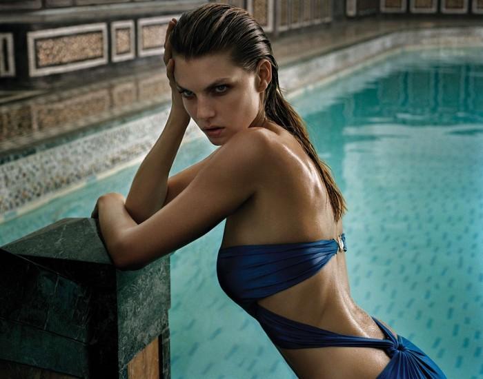 Angela Lindvall est très sexy en bikini