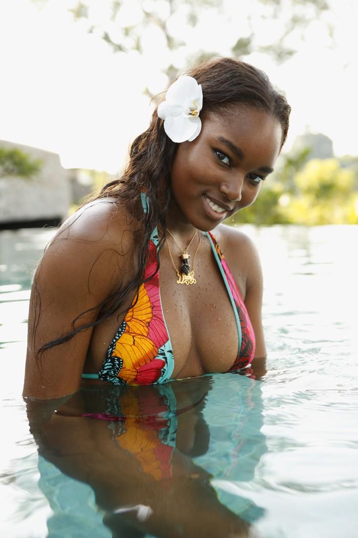 Damaris Lewis est une black très sexy en bikini