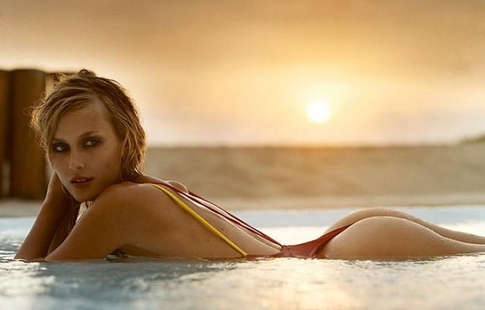 Vanessa Lorenzo est magnifique en lingerie sexy