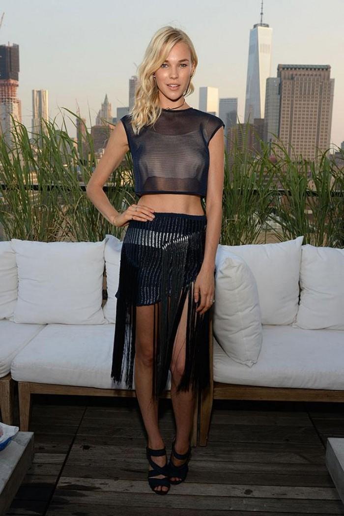 Britt Maren a une silhouette superbe en maillot