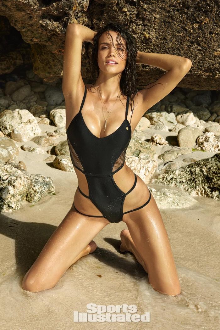 Sofia Resing dévoile sa plastique torride en bikini