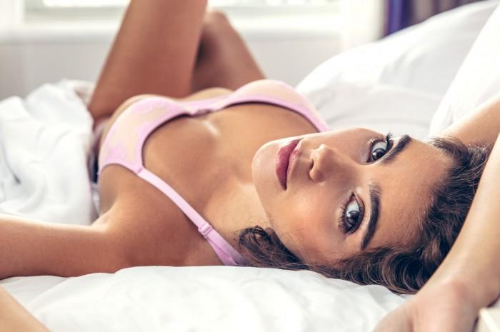 Cindy Mello est rayonnante dans cette lingerie sexy