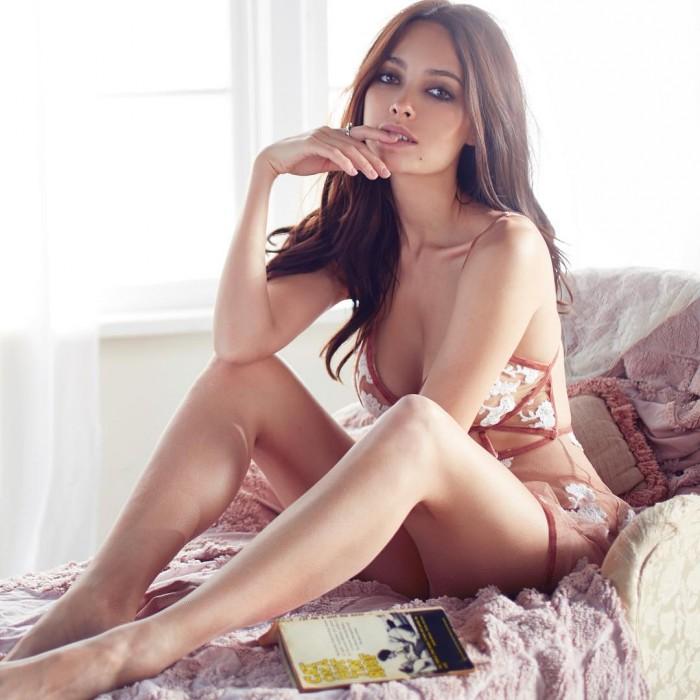 Melody Le nous fracture l'œil en lingerie