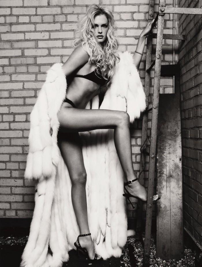 Kylie Bax dévoile ses formes généreuses en lingerie