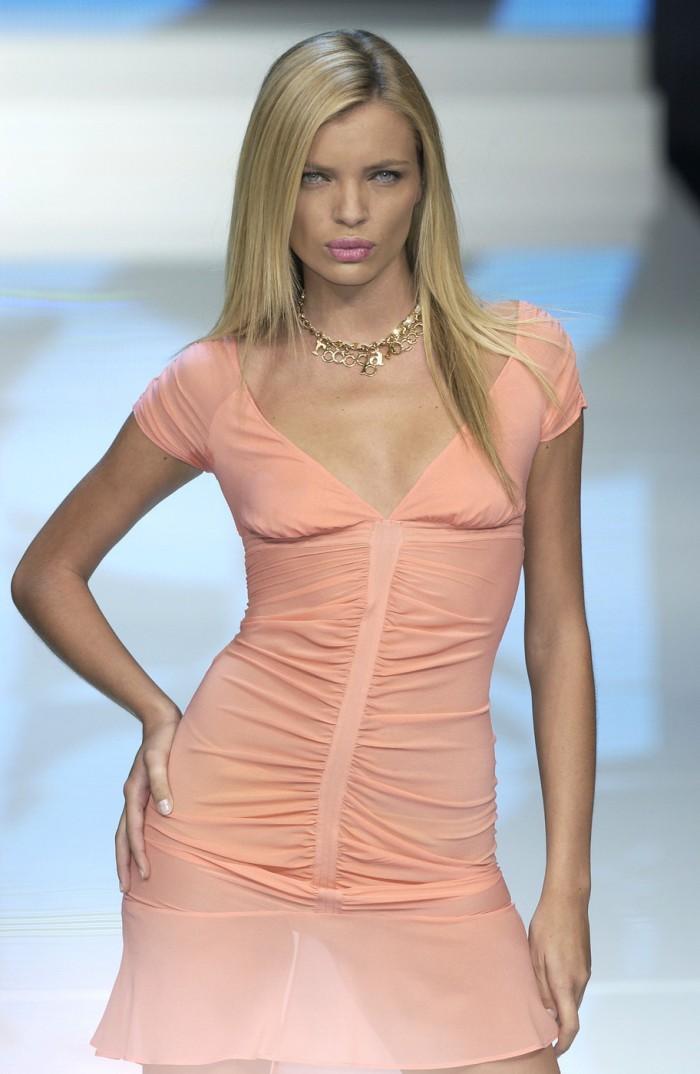 La belle Esther Cañadas vous dévoile son corps superbe