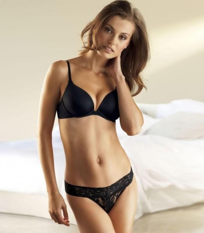 Aurélie Claudel est une belle Française en lingerie