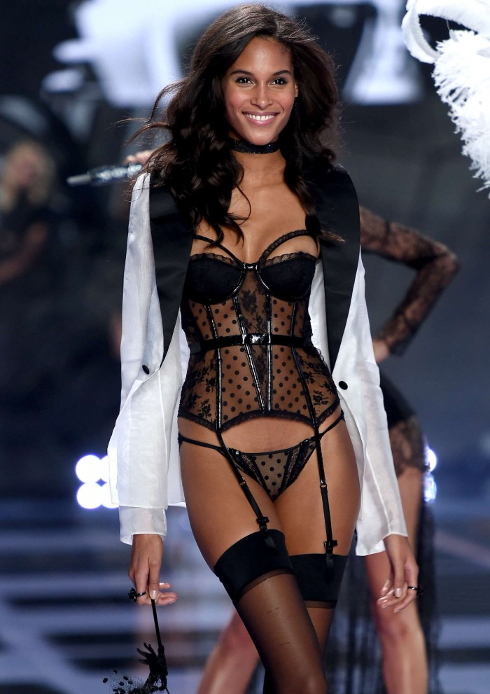Cindy Bruna est terriblement belle en lingerie