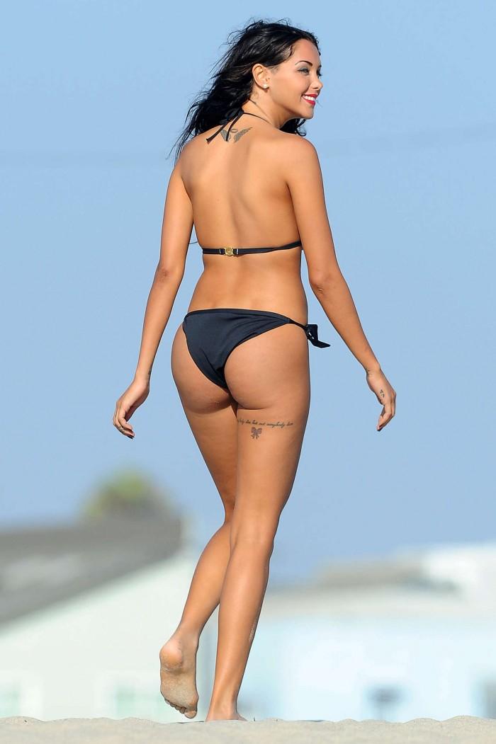 Nabilla dévoile ses atouts sexy en bikini