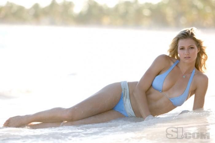 Maria Kirilenko en maillot bain sur la plage